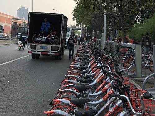 北京市に本社を置く中国の⾃転⾞シェアリングサービス「摩拜単⾞(モバイク)」は、中国では好きな場所に「乗り捨て」できるサービスだ。散乱した自転車の整理や故障車の回収は人の手によって行われている(写真:著者)