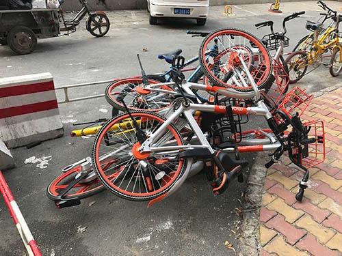 放置自転車問題を解決できているのは、中国では安価なワーカーを使えるからだ(写真:著者)