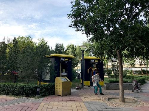 団地敷地内の広場に突如設置された無人ジムボックス