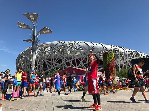 今年の北京マラソンで自己最高記録を更新してゴール「鳥の巣」に到着した筆者