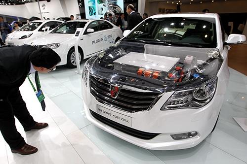 EVで出遅れている上海汽車もFCVには早くから研究開発に取り組み、2014年の北京モーターショーでFCV「栄威950(Roewe950)」を一般公開した(写真:Imagine China/amanaimages)