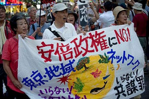 安倍政権の退陣求めるデモ行進(写真:Duits/アフロ)