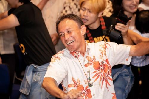 沖縄県知事選で当選した玉城氏(写真:小早川渉/アフロ)