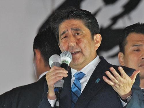 """安倍首相は""""悲願""""である憲法改正に邁進している(写真:UPI/amanaimages)"""