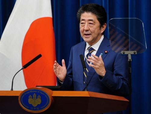 安倍首相の下、入管法改正が成立(写真:AP/アフロ)