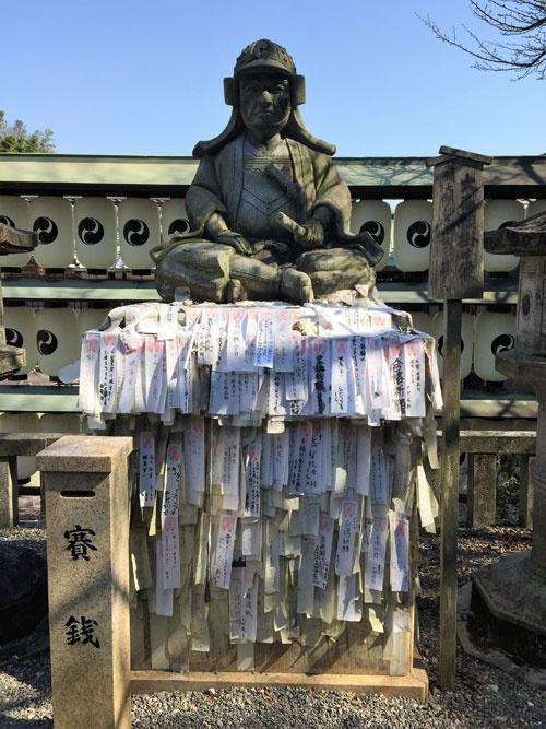 大石神社の大石内蔵助石像(写真:殿村美樹、以下同)