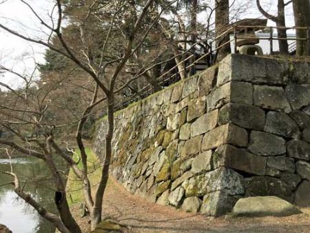 明智光秀の居城時の名残りを残す石垣