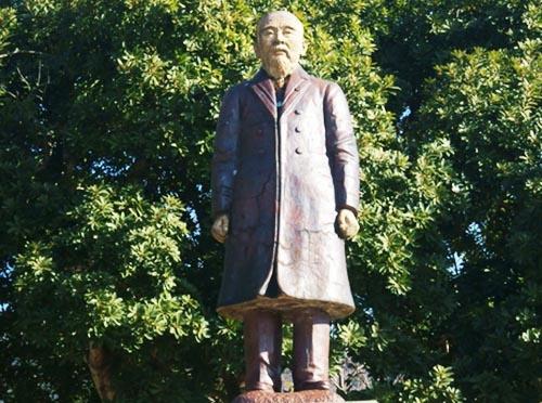 明治政府が「富国強兵」の道へと突き進まざるを得ない状況の中では「暗記教育」も必要であった。写真の銅像は、初代内閣総理大臣、伊藤博文。(写真:PIXTA)