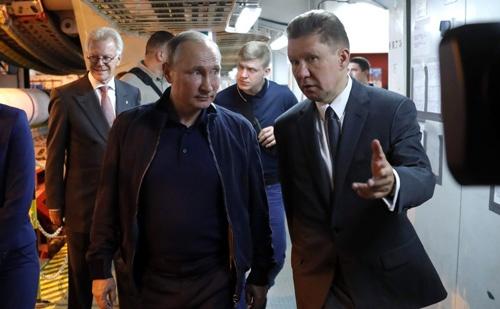 米国のロシアへの経済制裁は、欧州のエネルギー供給体制にも影響を与える可能性が大きい。写真はロシアのエネルギー大手ガスプロムの施設を視察するプーチン大統領(写真:Anadolu Agency/Getty Images)