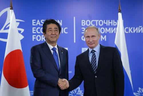 今年9月、ウラジオストクで開催された東方経済フォーラムで会談した安倍首相とプーチン大統領(写真=TASS)