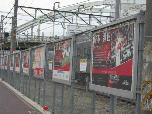 広島駅からスタジアムまでの道路には、16年に活躍した選手のパネルが飾られていた