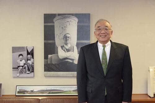 家族主義で選手を育てる松田オーナーは、球場内の執務室に自らの家族の古い写真を飾っている(写真:橋本真宏)
