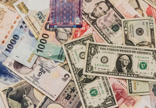 """世界中で流通する、様々なお金。そして今、目に見えない仮想通貨の存在感が増している(写真:<a href=""""https://www.pakutaso.com"""" target=""""_blank"""">ぱくたそ</a>/おさぴー)"""