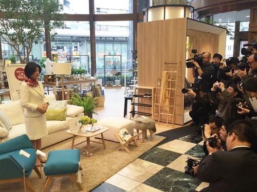 2016年2月、新宿ショールームのリニューアル発表の場で。報道陣が集まり久美子社長への注目度は依然として高い