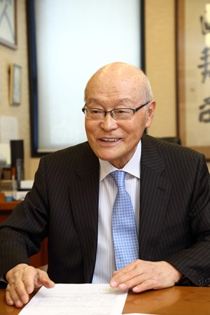 <b>小嶋淳司(こじま・あつし)</b><br /> 1935年和歌山県生まれ。高校在学中に家業の雑貨店を引き継ぎ、店主となる。58年、22歳で同志社大学経済学部に入学し、商売を学ぶ。卒業後、1年間にわたる寿司の修業を経て、63年に大阪・十三にがんこ寿司を開店。80年に社名を現在のがんこフードサービスに変更し、2005年に同社会長に就任。寿司の他にも炉端焼き、和食店、古い屋敷を改装した店舗など、関西地方を中心に約96店を展開している(写真:大亀京助、以下同)