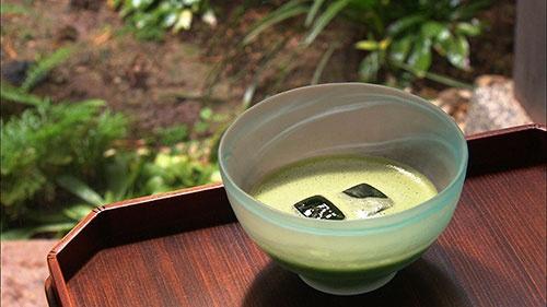夏に嬉しい水で泡立つ抹茶