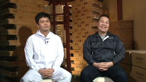 兄の芳典さん(右)と弟の和典さん。倒産寸前の会社に戻ってきた