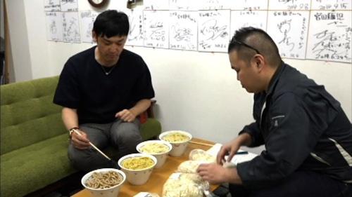てつじさん(左)に麺を見てもらう