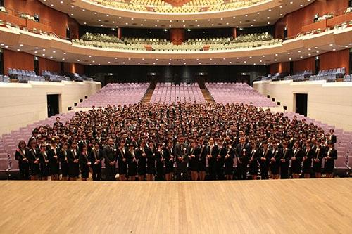 ストライプインターナショナルの入社式には、キャン社と合同で527人の新卒社員が出席した