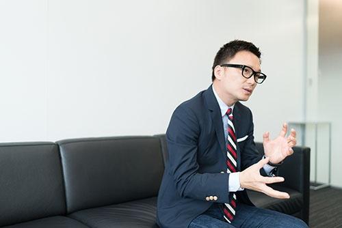 「真面目で面白くないリーダーには誰もついていかない」と石川社長(写真:菅原ヒロシ)