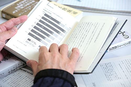 星野代表は持論を述べた書籍を引用しながら議論を進めた(写真:鈴木愛子、以下同)