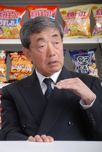 松本 晃(まつもと・あきら)<br/>1947年京都府生まれ。京都大学大学院修了後、伊藤忠商事入社。93年にジョンソン・エンド・ジョンソン日本法人に転じて社長などを歴任。2009年からカルビー会長兼CEO(最高経営責任者)</p>