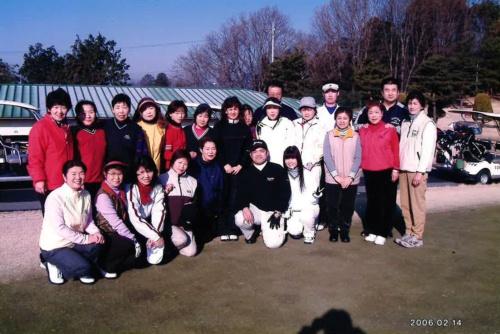 現場のスタッフと福島社長(前列中央)。2006年2月撮影。キャディー全員の顔写真を個別に撮り、裏に名前を書いて覚えたという