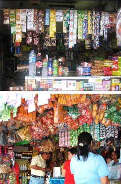 マンダムがインドネシアの中小の商店向けに小袋入りで展開した化粧品の例。軒先に小袋が下がっている