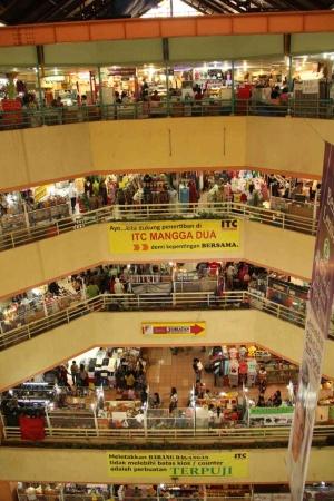 ジャカルタ市内北部の中間層向けショッピングモールの例。市中心部にある富裕層向けモールと比べると身近感がある