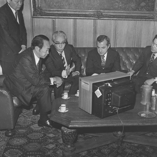 盛田(左から3人目)はグローバル経営を精力的に行った。中でも米国でのユニタリータックス(合算課税)撤回については精力的に活動したことで知られる