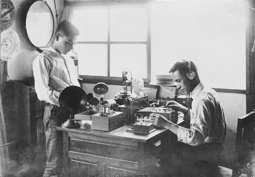 関東大震災後、開発した国産初のラジオで再起を図った(提供:シャープ)
