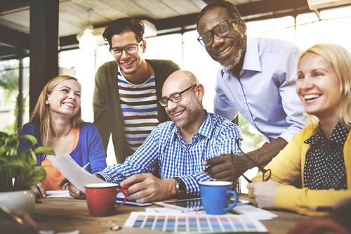笑顔の絶えない職場は、そこで働く人のエンゲージメントを向上させ、生産性をも高める。(写真提供:Rawpixel.com/Shutterstock.com)