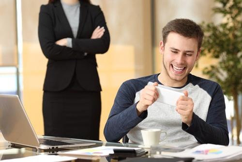 会社が「社員はサボる」と考え、社員が「仕事はサボれる」と考える環境ではジョブ型はうまくいかない。(写真提供:Antonio Guillem/Shutterstock.com)