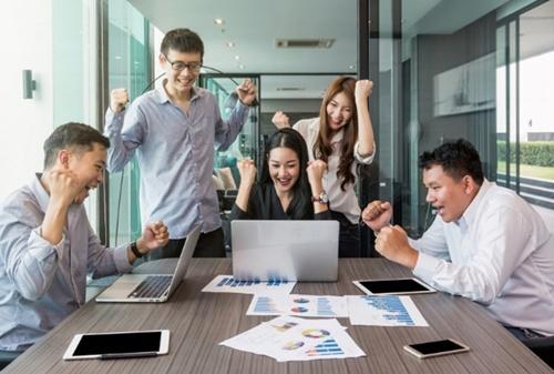 人間関係が良好で、誇りをもって働けて、成長機会に恵まれている人が職場で不幸を感じることはない。(写真提供:TZIDO SUN/Shutterstock.com)