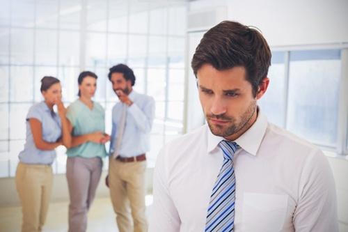 職場で孤立する人は、仕事のパフォーマンスが低下するだけでなく、健康リスクも高めてしまう。(写真提供:vectorfusionart/Shutterstock.com)