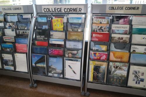 海外大学のパンプレットが多数、手に取れるように用意されている
