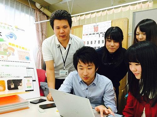 岩崎学園の学生たちが徘徊老人を見守るアプリを開発。中央が中心メンバーの石田大貴さん