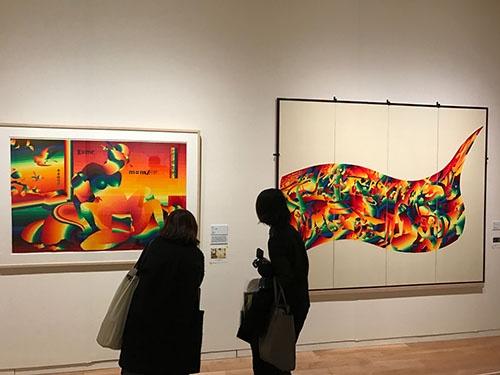 靉嘔の作品の展示風景。右はゴーギャンの《我々はどこから来たのか、我々は何者か、我々はどこへ行くのか》、左は渓斎英泉の浮世絵《十開之図 仏》が下敷きになっているという
