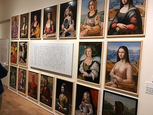 山縣旭(レオ・ヤマガタ)の作品の展示風景。テーマは「モナ・リザ」。デザイナーとして活動してきた山縣の初の美術館での展示とのこと。「レオ・ヤマガタ」というアーティスト名は、この展覧会に合わせてつけたという