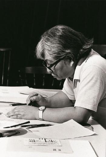 花森安治、東麻布の暮しの手帖研究室にて<br />(1967 年 9 月、写真提供:暮しの手帖社)