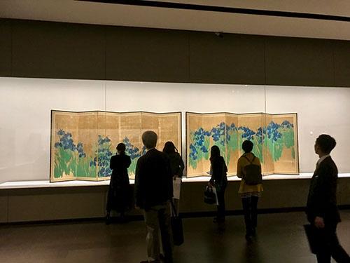 尾形光琳《燕子花図屏風》(18世紀、根津美術館蔵、国宝)展示風景。「八橋図」から木橋を除いてカキツバタだけを残したともいう