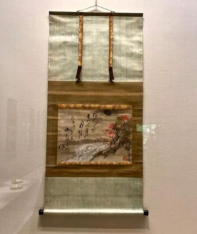 尾形乾山《紅葉山水図》(18世紀、MIHO MUSEUM蔵)展示風景。川を光琳模様の流水紋で表すことにより、風雅な趣を増している