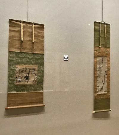 尾形乾山《兼好法師図》(=左、18世紀、梅澤記念館蔵)と同《拾得図》(18世紀、個人蔵)が並んだ展示室の一画。多くの画家が描いた中国の禅僧、拾得を後ろ姿の一部で表した水墨表現も興味深い