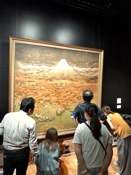 《山海図絵(伊豆の追憶)》(1925年、第6回帝展出品作、公益財団法人木下美術館蔵)を見入る人々