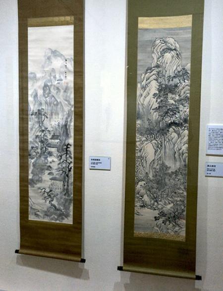 会場では、中国の山水画に学んだと見られる《萬山飛雪》(=右、昭和10年代頃)と《仙境遊趣図》(大正末期〜昭和初期頃、星野画廊蔵)が並べて展示されていた。似た構図の作品だが、筆致がまったく違う