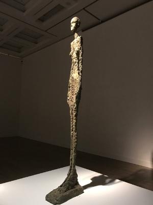 《大きな女性立像II》(1960年、ブロンズ、サン=ポール・ド・ヴァンス、マルグリット&エメ・マーグ財団美術館蔵)展示風景 高さ276センチの大作
