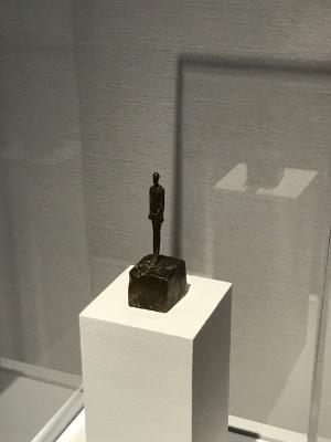《小像(女)》(1946年頃、ブロンズ、メナード美術館蔵)展示風景 高さ3.3センチの小さな立像
