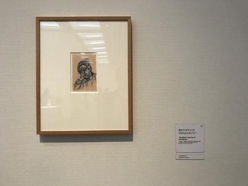 《肘をつくヤナイハラ》(1956〜61年頃、ボールペン、青インク、手帖の1ページ、神奈川県立近代美術館蔵[旧矢内原伊作コレクション])展示風景