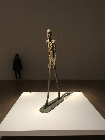 《歩く男Ⅰ》(1960年、ブロンズ、サン=ポール・ド・ヴァンス、マルグリット&エメ・マーグ財団美術館蔵)展示風景