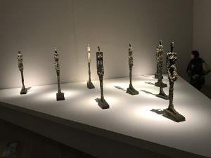 《ヴェネツィアの女》シリーズ(1956年、ブロンズ、サン=ポール・ド・ヴァンス、マルグリット&エメ・マーグ財団美術館蔵)展示風景